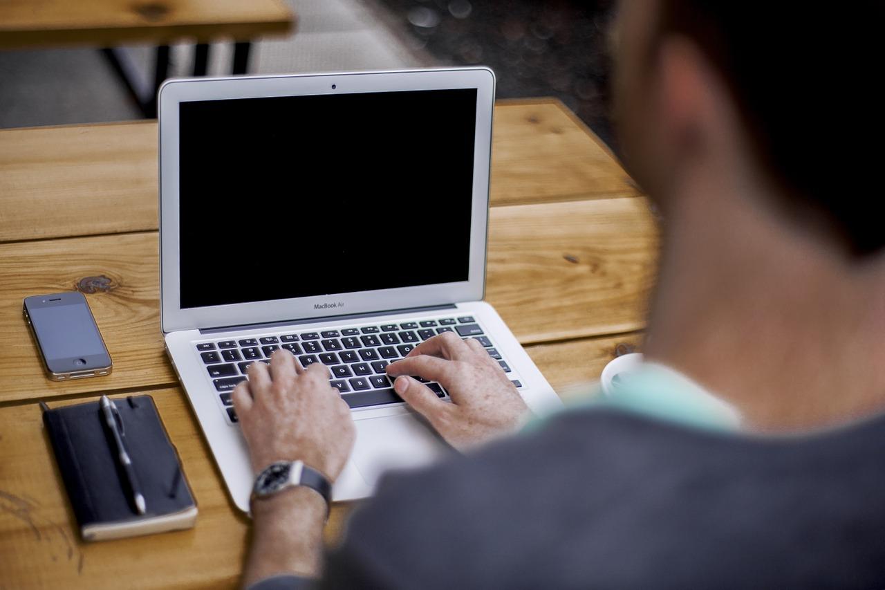 座って働くより生産性アップ?スタンディングワークのすすめ