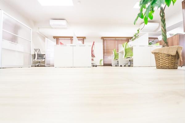 オフィスの動線や書類の管理方法、レイアウトによるコミュニケーション強化などで業務効率化促進