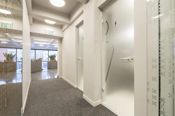 オフィス内にドアを設置するメリットと注意点